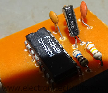 32.768khz crystal oscillator circuit cd4060